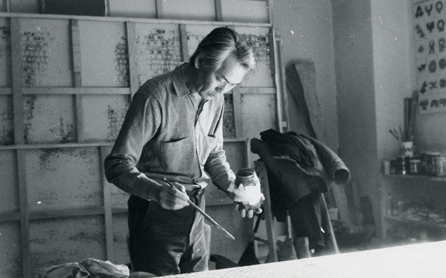 The artist in his New York studio in 1972. Photo and artworks © Whanki Foundation-Whanki Museum