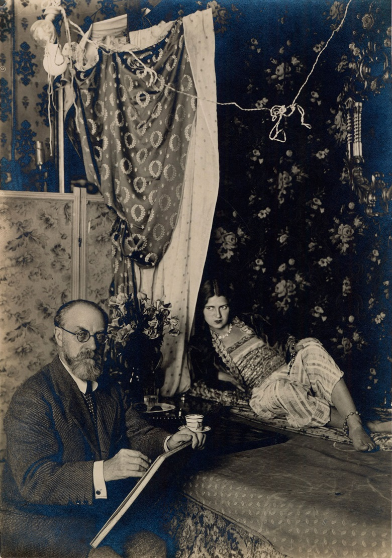 Henri Matisse with his model at 1, place Charles Félix, Nice, 1928. Photo Archives Henri Matisse, all rights reserved