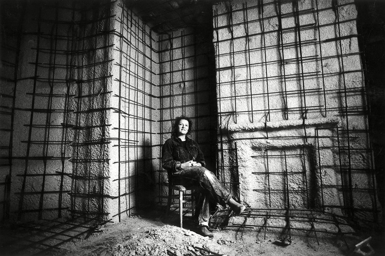 Rachel Whiteread photographed while at work on House, 1993. Photo Nicholas TurpinThe IndependentREXShutterstock. Artwork © Rachel Whiteread